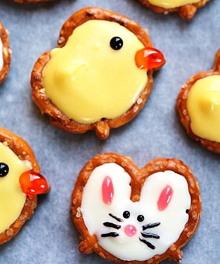 Как расписать пасхальное печенье при помощи обычной соломки