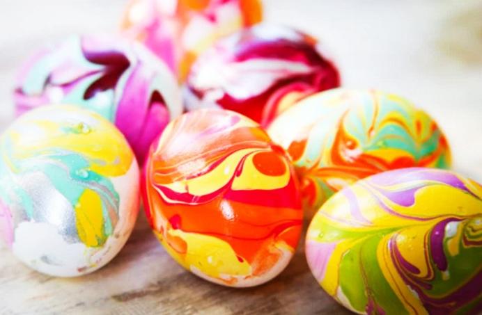 Как расписать пасхальные яйца при помощи лака для ногтей на воде