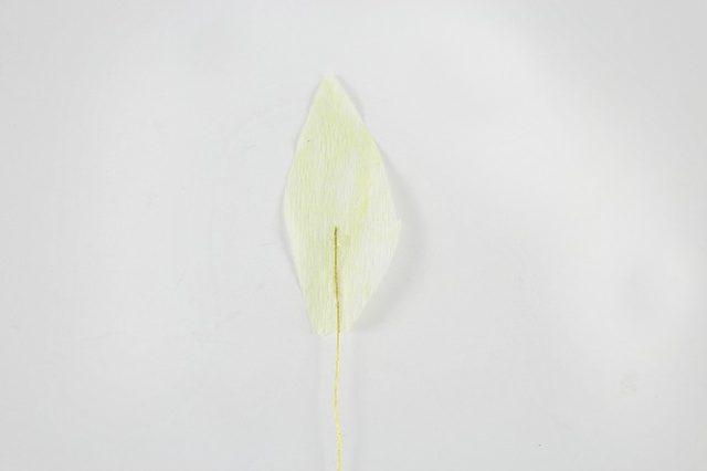 Горячим клеем крепим проволоку к первому лепестку длиной 2,5 см – начиная с середины лепестка и далее вниз