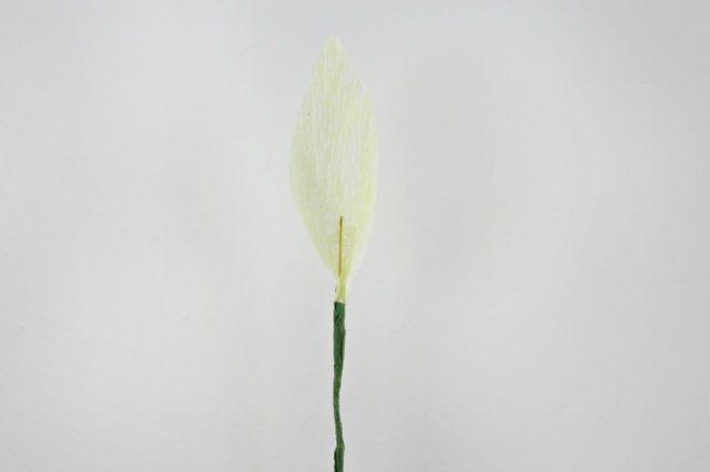 Берем флористическую ленту и накручиваем ее на нижнюю часть проволоки вплоть до начала лепестка