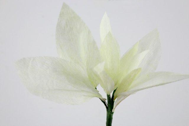 И далее все также – по паре – постепенно вводим в цветок снаружи по кругу лепестки оставшихся размеров – от меньших к бОльшим