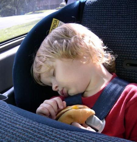 Как и чем занять ребенка в транспорте?