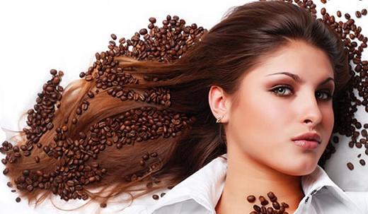 красивая девушка брюнетка с длинными волосами, кофе в волосах