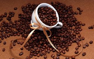 чашка с зернами кофе