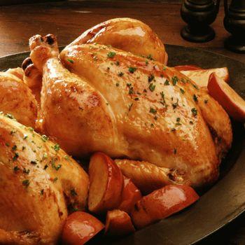 целая курица запеченая с яблоками картофелем и зеленью цельная