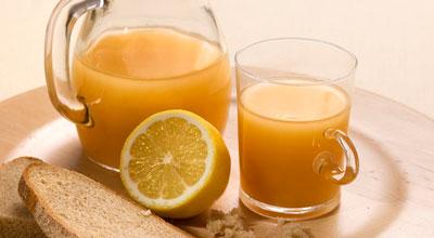 квас с лимоном в кружке графине половинка лимона