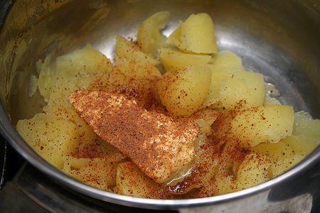красный перец на картошке в миске