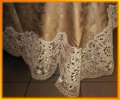 Для украшения скатерти можно использовать полосы кружевной ткани по краю. .  Кружева старайтесь подобрать в тон и по...