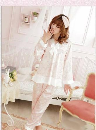 Симпатичная японка в розовой пижаме-распашонке, розовая спальня