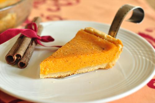тыквенный пирог на тарелке
