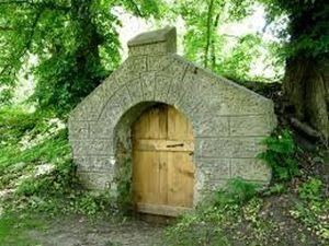 роскошный европейский каменный погреб с дубовой деревянной дверью под старину