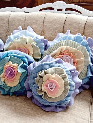 Как сшить подушку с розочками из ненужного свитера