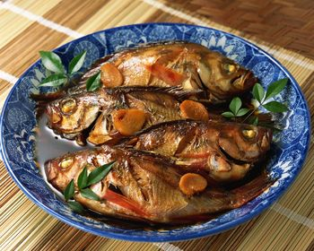 рыба тушеная на тарелке с овощами