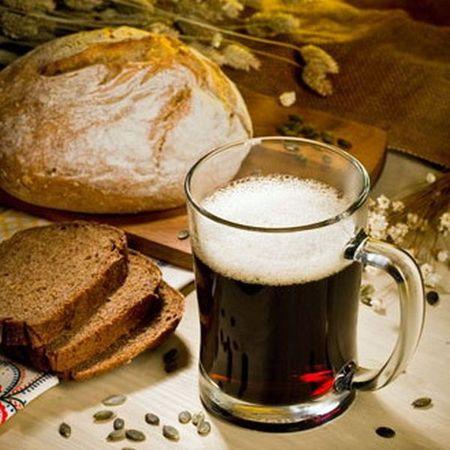 темный квас в кружке на столе буханка белого черный хлеб
