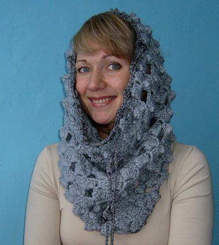 Женщина в шарфе-снуде, надетом