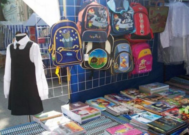 на рынке развал: школьная форма на манекене тетради блокноты детские рюкзаки