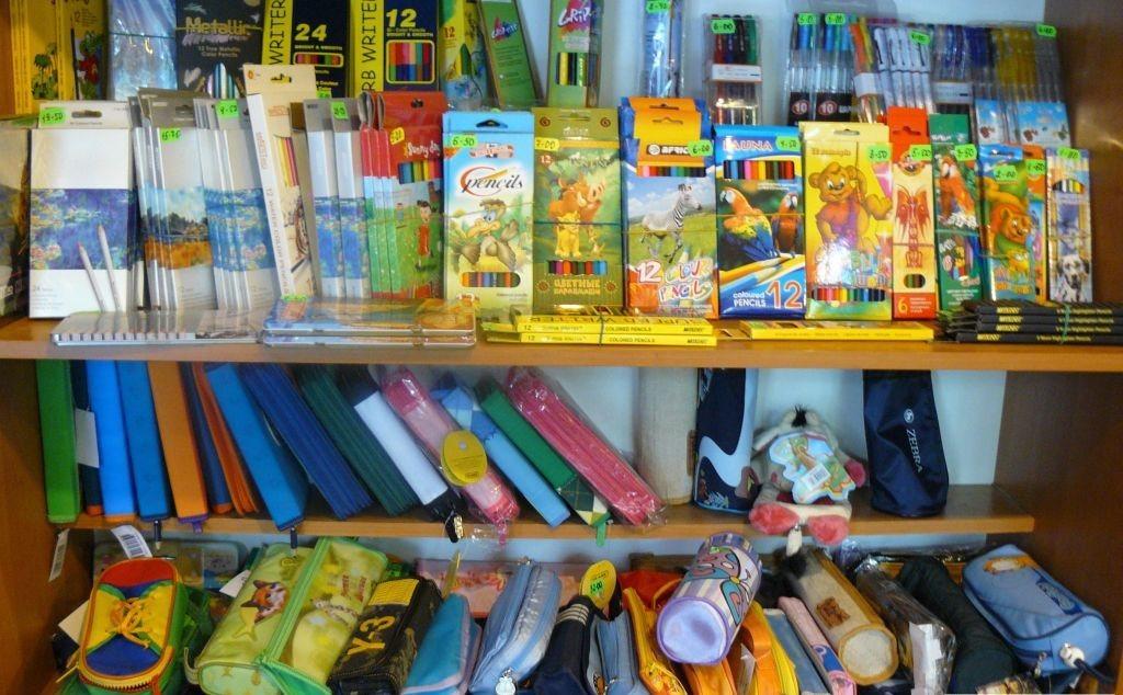 разнообразие ярких фломастеров и пеналов на полках магазина