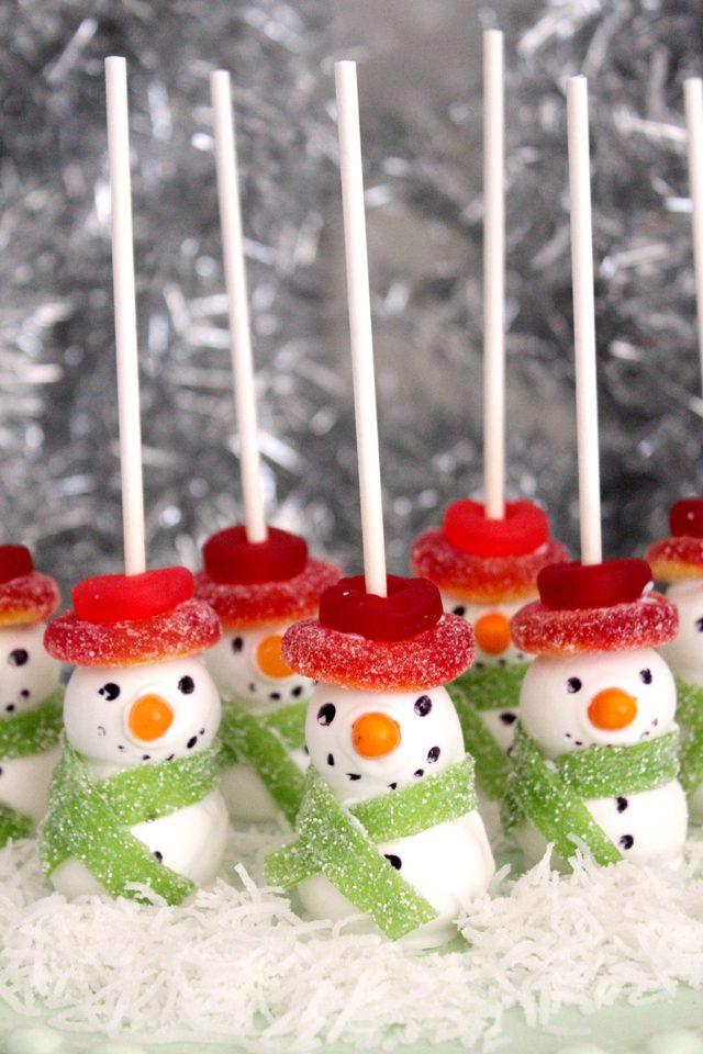 Как легко сделать сладких снеговиков для новогоднего стола?