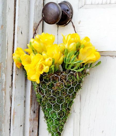 Как сделать оригинальный декор на двери из живых цветов?