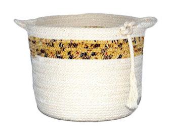 Вариант корзинки из жгутов, но не тканевых, а обычных необренутых тканью шнуров, за исключением цветной полоски