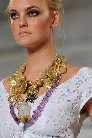 Крайне интересные варианты удаются, если сочетать форму массивного ожерелья с формой рисунка на костюме