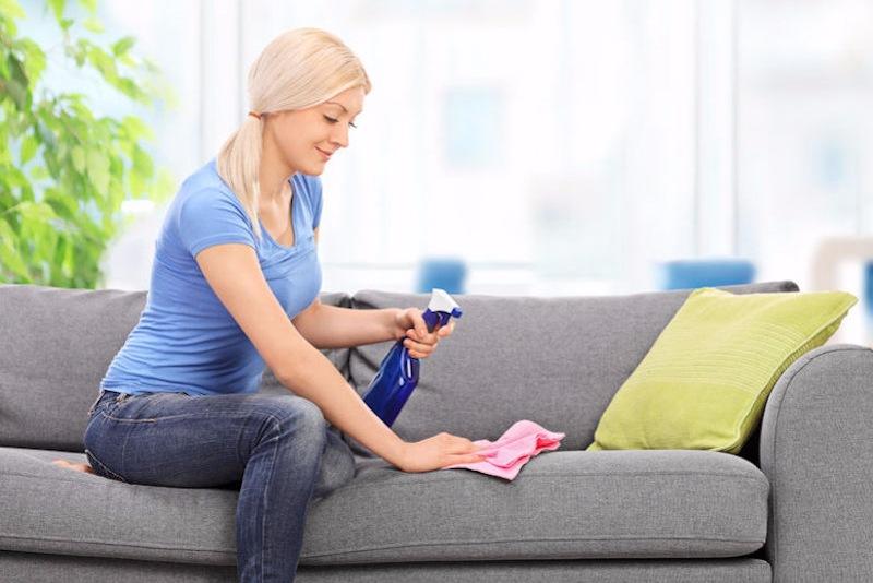 Как избавиться от пятен на диване, 7 средств, которые помогут