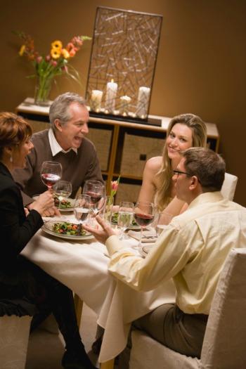 Если на ужине помимо вас присутствует еще несколько человек, попробуйте аккуратно влиться в общий разговор