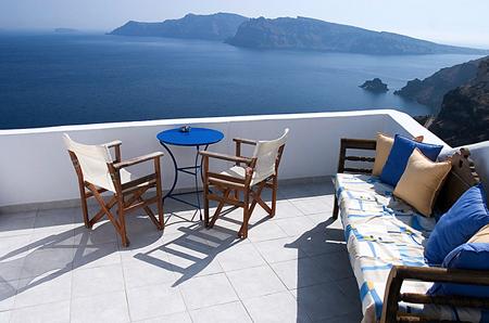 Дополните уже существующие террасы или патио недорогими креслами и небольшим столиком