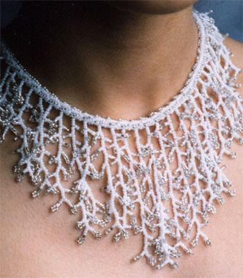 белое морозное ожерелье из бисера