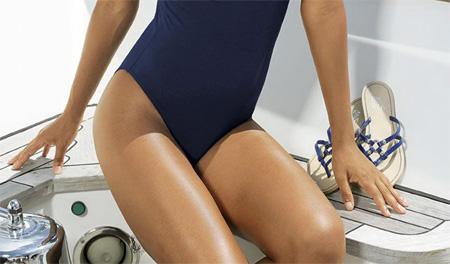 Если вы – изящная обладательница маленького роста (или маленьких ног), поищите купальники, имеющие большие вырезы на плавках снизу – в области бедер