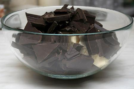 280 г шоколада (молочного, темного или белого) без добавок, разломанного на кусочки