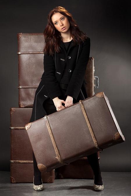 Объемный и массивный багаж и связанные с этим трудности (волнение, напряжение и перетаскивание тяжестей) не украсят ни одну женщину