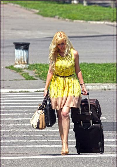 сли вы девушка, и едете одна, вам будет крайне неудобно с более чем одним чемоданом, с тяжелым чемоданом, с чемоданом, не имеющим длинной ручки и хороших колесиков