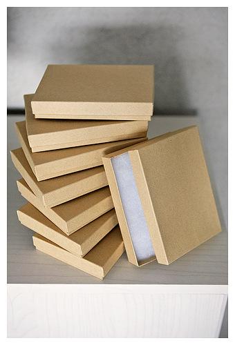 она советует использовать различного размера коробочки из под украшений как разделители на секции внутри ящиков рабочего стола