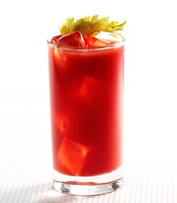 Смешайте гранатовый сок с яблочным или виноградным, или любым другим соком