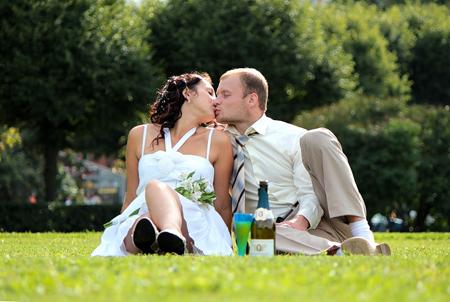 Приближаясь к моменту поцелуя, в зависимости от начальной позиции, возможно, вам придется просто повернуть голову, или может быть потребуется чуть-чуть наклониться