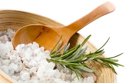 Примите душ со смесью из морской соли и мыльного геля с приятным запахом