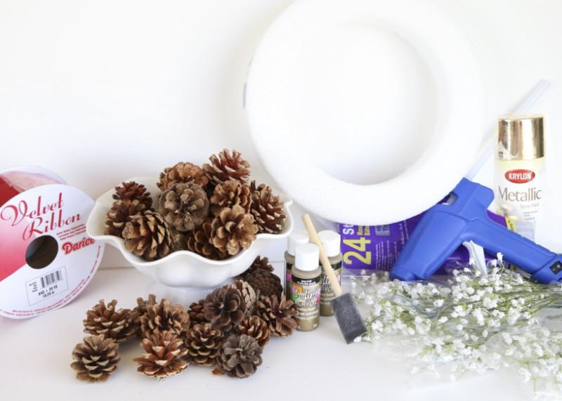 Как легко сделать новогодний венок из шишек?
