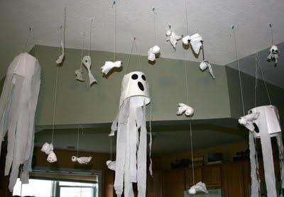 Развесьте снаружи и внутри дома (настолько низко, чтобы ленты задевали головы гостей) несколько «ветряных носков» в форме привидений