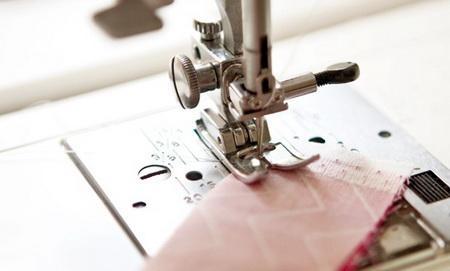 Как сделать оригинальное украшение из ткани и бусин?