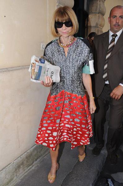 Королева кутюр и главный редактор журнала «Вог», Анна Винтор (Anna Wintour), облагодетельствовала парижские улицы в этом эклектичном платье-рубашке