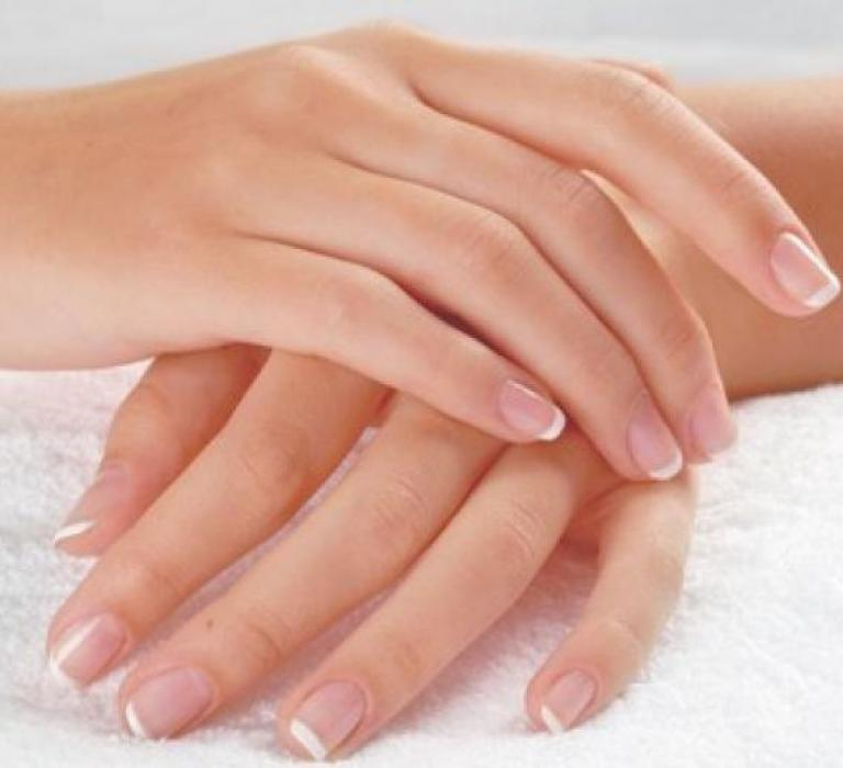 ухоженные руки гладкая кожа французский маникюр