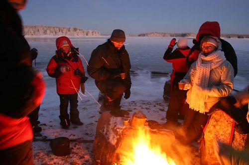 компания в заполярье холодно мороз зима готовят шашлык