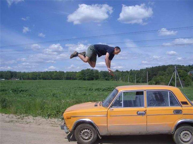 мужик прыгает через автомобиль трюки
