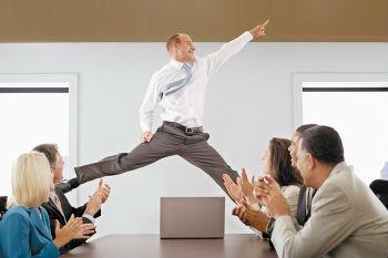 офис собрание мужчина преодолел стенительность летает над столом