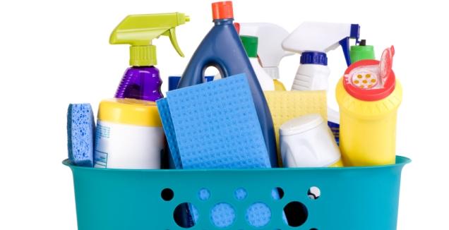 набор средств для чистки и уборки, тряпок и губок в корзине