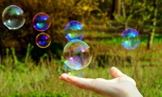 мыльные пузыри на ладошке