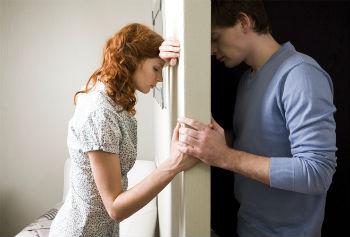 непонимание расставание парень и девушка пара по разные стороны двери