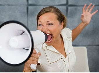 женщина кричит в рупор