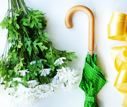 Как сделать оригинальный декор с живыми цветами из обычного зонта